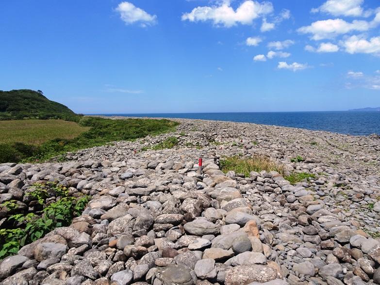 海岸の積石塚群