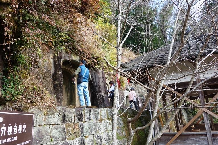 横穴が並ぶ崖面