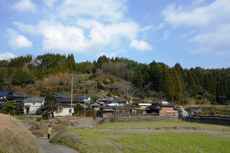 石貫穴観音横穴群の並ぶ丘の遠景