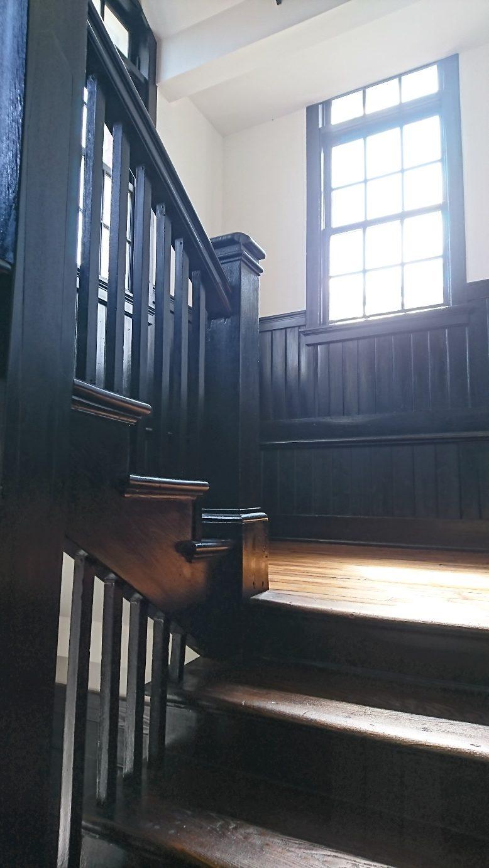 光あふれる階段踊り場