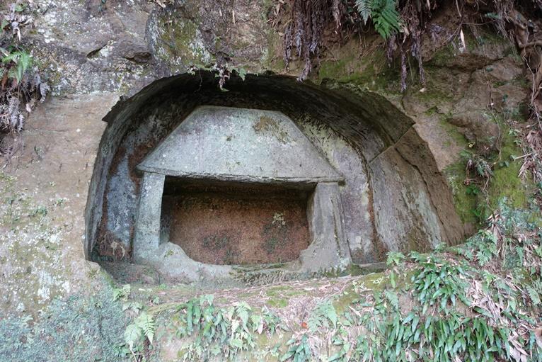 横穴が崩れ奥壁の石屋形がむき出し