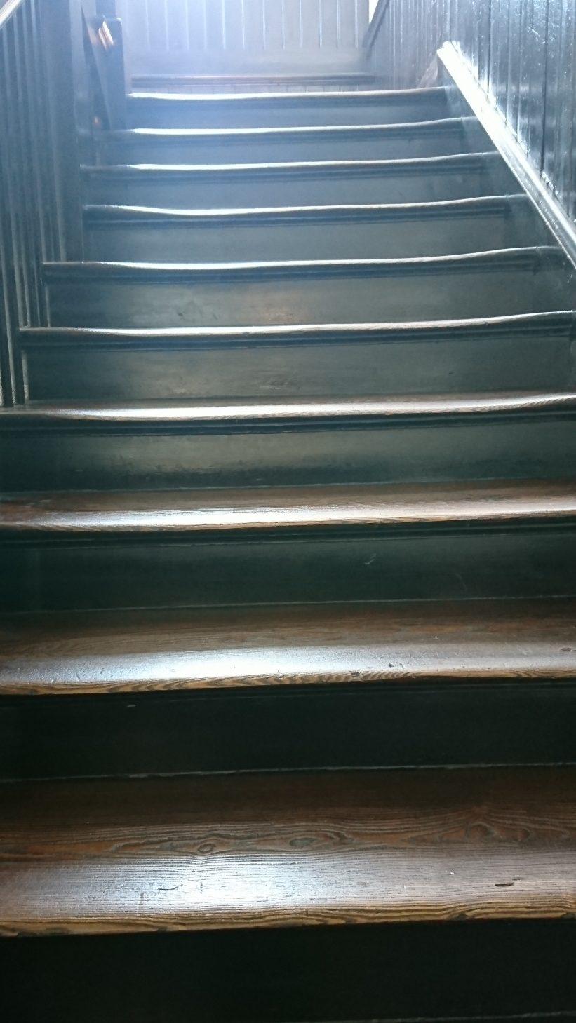 差し込む光と木造の階段