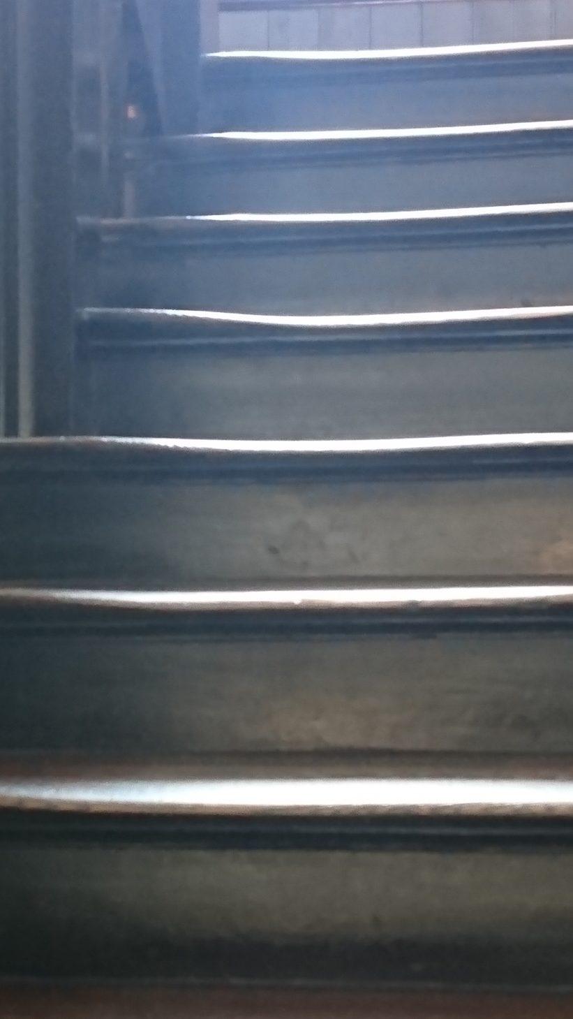 すり減った木造階段