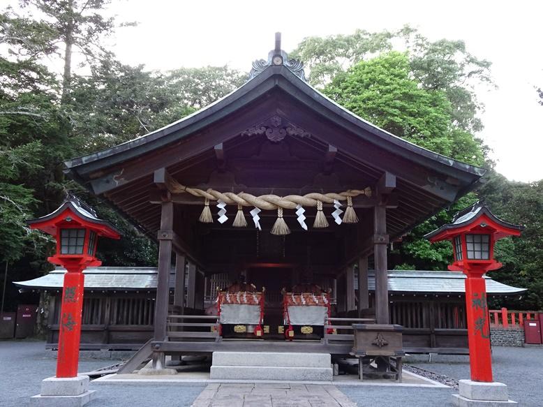 中津宮の拝殿に2つの輿(みあれ祭)
