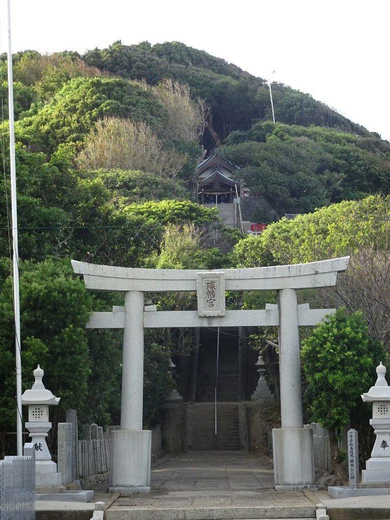 高台にみえる織幡宮