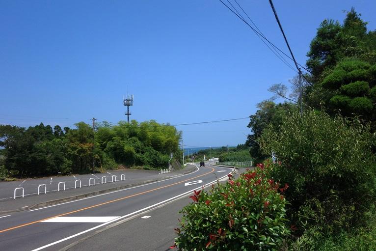 築山古墳前の国道は岬へ