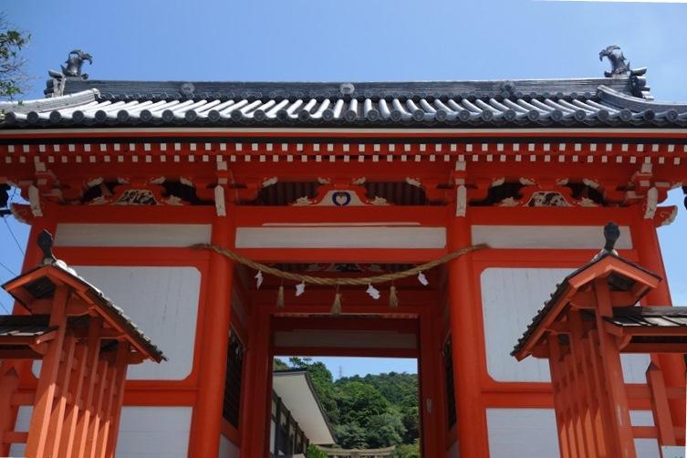 肥後藩主細川綱利により建立された早吸日女神社の八脚門