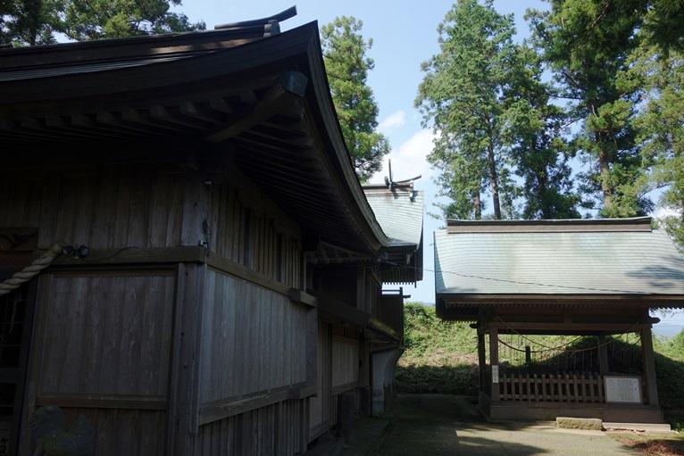 臼杵神社の本殿裏に石棺が