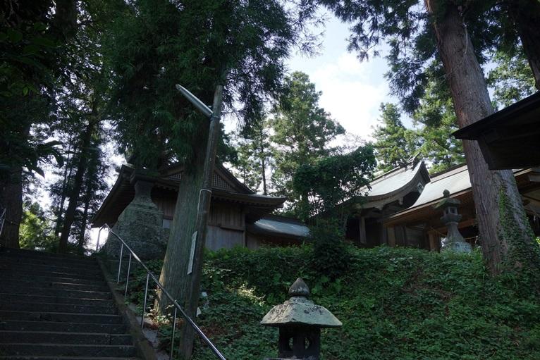 臼塚古墳の墳丘に臼杵神社本殿と拝殿