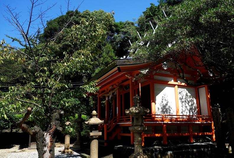 早吸日女神社境内の神楽殿