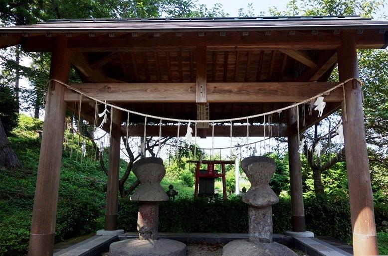 くびれ部から神社参道に移設された短甲形石人(石甲)