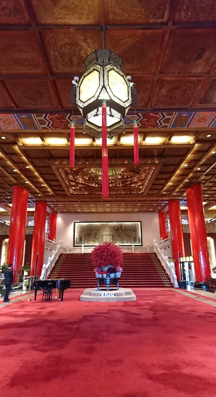 円山大飯店ロビーは赤が美しい(台湾・台北)