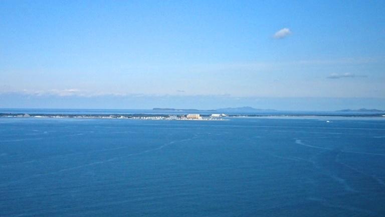 海の中道の向こうに相島がみえる