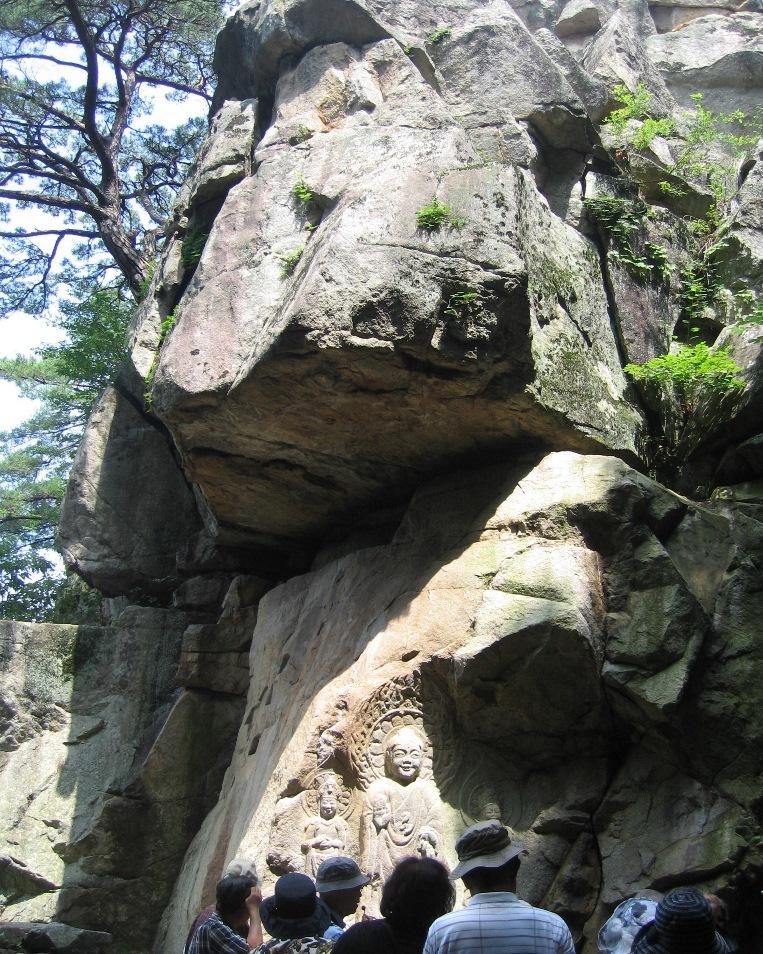 瑞山三尊摩崖仏が刻まれた巨岩
