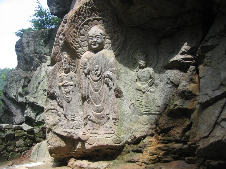 瑞山三尊摩崖仏全景(百済の微笑み)