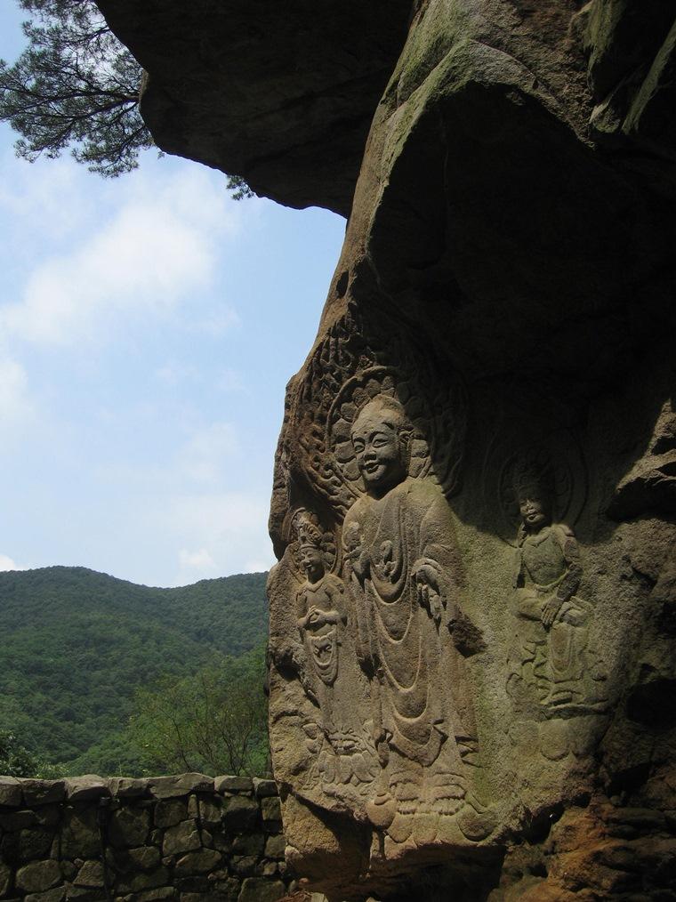 山々の中の瑞山三尊摩崖仏
