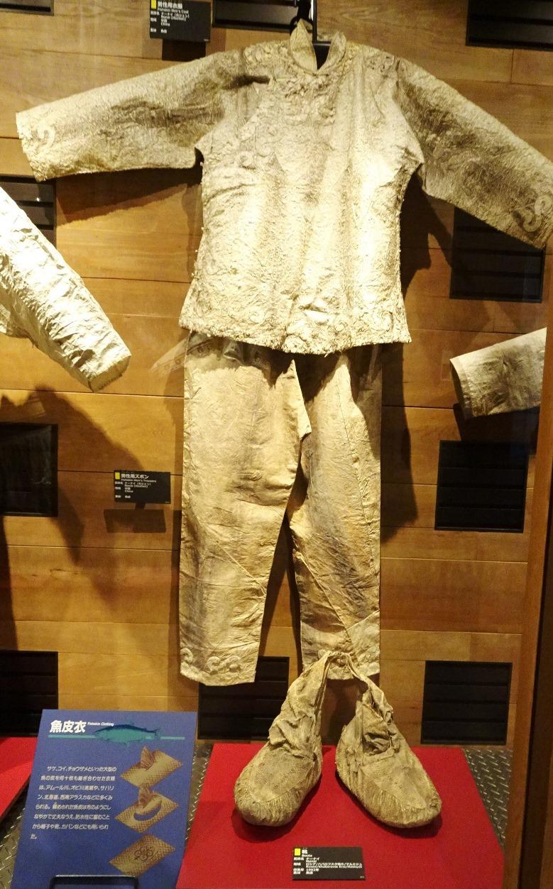 魚の皮でつくった衣装と靴の展示