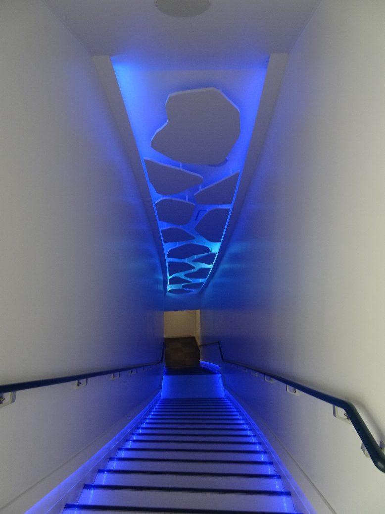 近い展示室への階段はいかにも流氷の世界へ