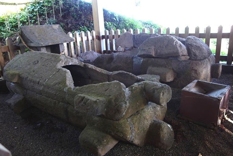 臼塚古墳の石棺、縄かけ突起が側面にも
